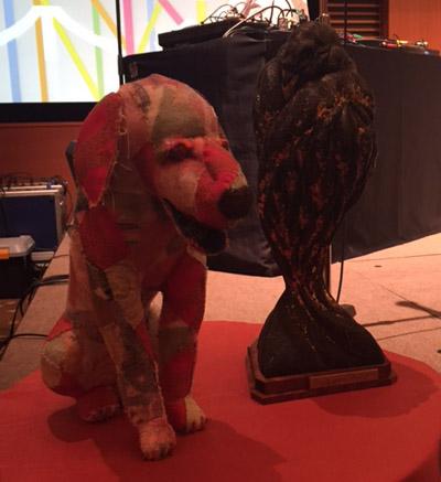 TOKYO PRIZEでは東京の象徴であるカラスが、BACON PRIZEではジョニー・ウォーカーさんの亡き愛犬ベーコンが形作られています。